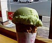 ちょっと逆光で見にくいけど緑色のアイスクリームです。