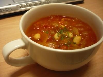 大豆のトマトスープ。写真では上にパセリが乗っている。