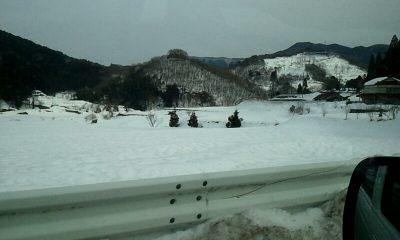 山の上の方まで積雪がある