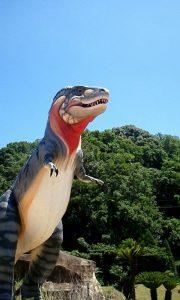 近くで見上げたティラノサウルスの写真