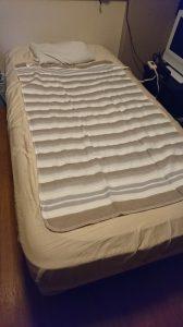 シングルベッドに電気毛布を掛けた