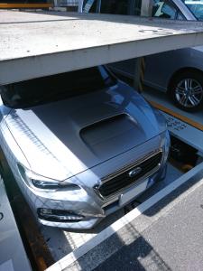 立体駐車場に吸い込まれていくレヴォーグ
